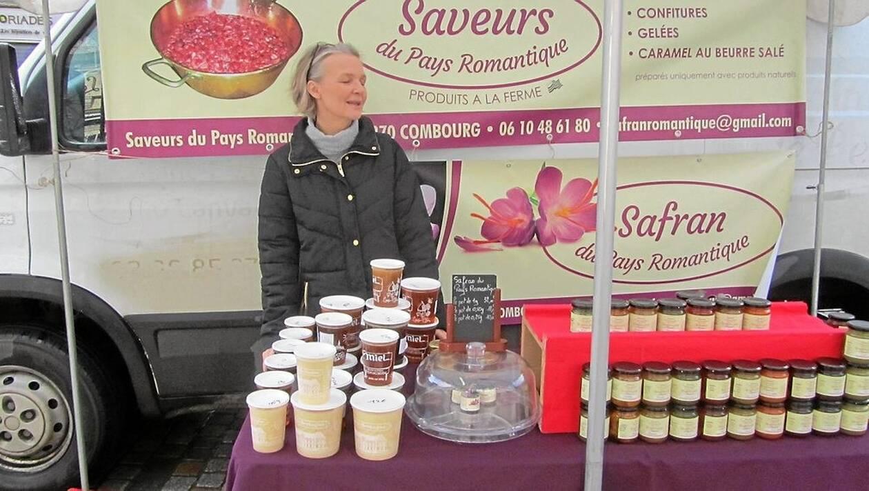 Laurence Homo sur le marché de Combourg pour vendre ses confitures bio